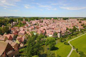 Dinkelsbühl verfügt noch über seine mittelalterliche Stadtmauer