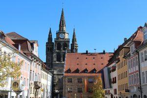 die barocke Evang. St. Gumbertuskirche (Hintergrund), im Vordergrund das Stadthaus (zugleich Rathaus)