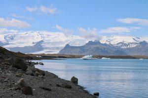 der Öraefajökull speist die Gletscherlagune Fjallsárlón - Blick vom Jökulsarlon aus