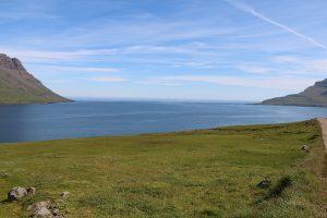 Blick auf die Mündung des Seydisfjördur in den Atlantik
