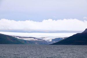 die Eiskappe des Drangajökull in den nördlichen Westfords vom südlichen Ufer des Isafjardardjup gesehen