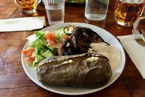 isländisches Lamm mit Salat und Grillkartoffel im El Grillo