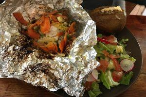 "El Grillo ""Local cod, baked in aluminium"" mit frischem Gemüse & Grillkartoffel"