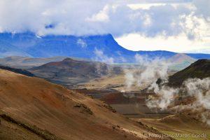 ie Krafla-Verwerfung nahe Myvatn ist geologisch hoch aktiv - hier sorgt der Vulkanismus für Farben, nicht die Vegetation