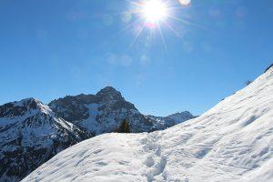 verschneite Bergkuppen, strahlender Sonnenschein - die Basis für einen wunderschönen Skiurlaub