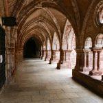 Kreuzgang der alten Abtei an der Basilika Saints Pierre et Paul