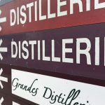 """da geht das Herz eines jeden Liebhabers von Hochprozentigem auf: """"Distillerie"""" links, rechts, geradeaus..."""