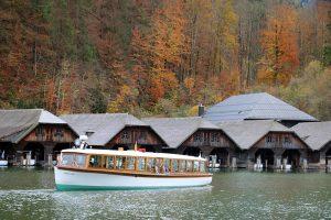 in Schönau starten die Elektroschiffe zur Rundfahrt auf den Königssee