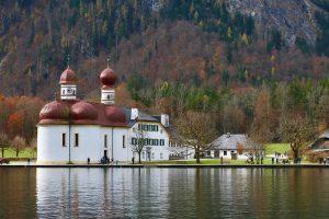 mit das bekannteste Postkartenmotiv Deutschlands: St. Bartholomä am Königssee