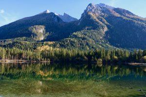 perfekt für Reflexionen - der Hintersee bei Ramsau mit Blick auf das Watzmann-Bergmassiv