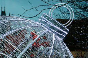 """die """"Eingangsweihnachtskugel"""" des Weihnachtsmarkt in Haguenau"""
