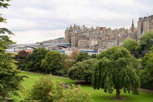 die Princes Street Gardens - die grüne Lunge von Edinburgh, mit Blick auf den Waverly Bahnhof