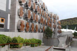 das Parlament von Schottland - es ist gegenüber dem Holyrood-Palace zu finden