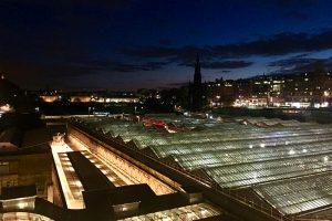 Waverly Station - der Bahnhof von Edinburgh bei Nacht