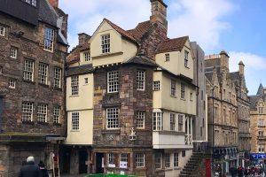in diesem Haus auf der Royal Mile wohnte einige Zeit der Reformator John Knox