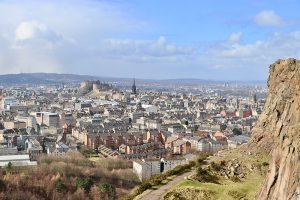 Blick auf Edinburgh von den Salisbury Crags, die Basaltsäulen vor dem Arthur´s Seat