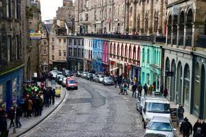weltberühmt: die bunten Fassaden der Victoria Street