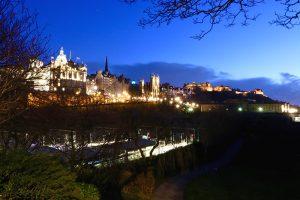 Abendliche Stadtskyline von Edinburgh