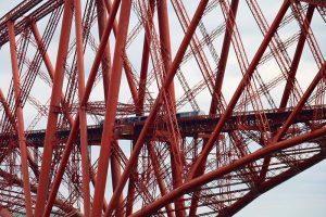 die Forth Bridge - erst der Zug auf der Brücke vermittelt die eigentliche Größendimension