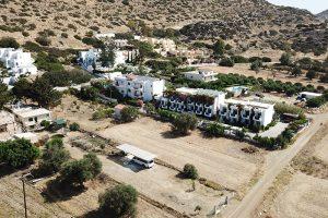 das Armonia-Hotel in Matala - im Vordergrund der Startpunkt von OutdoorTravel