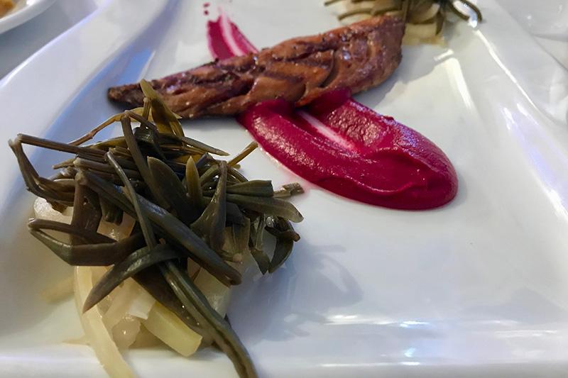 geräucherte Makrele an rote Bete Mouse mit sauer eingelegtem Gemüse