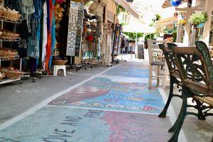 die vom Festival des Vorjahres noch bunten Straßen von Matala