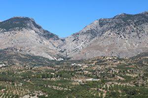 Zaros liegt am Fuße des Ida-Gebirge - im Hintergrund die Rouvas Schlucht