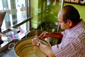 Manolis Haritakis in Mires: unseres Erachtens macht er auf Kreta die besten Loukoumades!