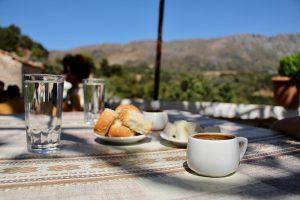 Kretische Mittagspause mit Greek Coffee, Brot, Olivenöl, Wasser und Melonenstückchen :)