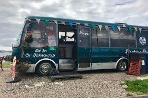 steht am Pier von Leverburgh - der Fish&Chips Bus