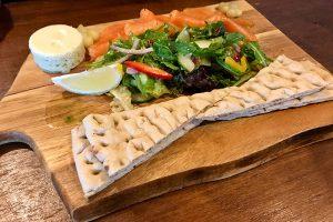 geräucherter Lachs mit frischem Salat und Fladenbrot