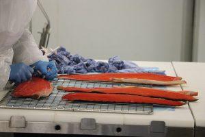im Smokehouse kann man den Mitarbeitern bei der Lachszubereitung auf die Finger schauen