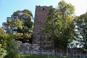 Die Burg Waldau wurde 1218 vom Grafen von Urach gegründet - heute steht noch der Burgfried, die Außenanlagen sind Ruinen.