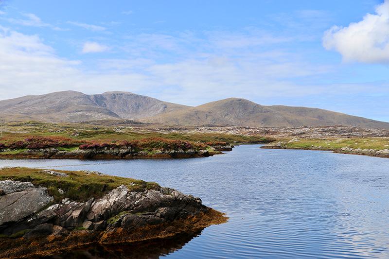 """die Highlands auf der Insel Harris von der """"Golden Road"""" aus gesehen"""