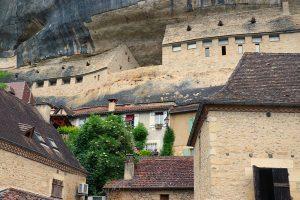 das Schloss von Les Eyzies schmiegt sich an die weltbekannte Felswand