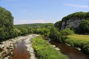 Die Vezere entspringt im westlichen Zentralmassiv, auf dem Plateau von Millevaches und mündet 211 Kilometer später bereits in die Dordogne.