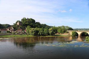 Am Zusammenfluss von Dordogne (Vordergrund) und Vezere (von rechts kommend) liegt Limeuil