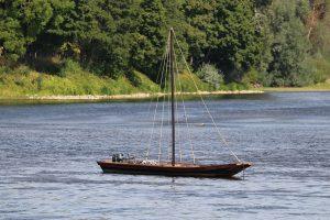 historischer Loire Lastensegler mit modernem Außenborder...