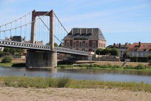 Cosne-Cours-sur-Loire: Brücke über die Loire, Stadt auf der Nordseite...