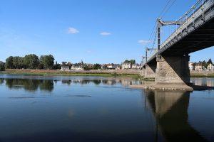 Chateauneuf-sur-Loire: Brücke über die Loire, Stadt auf der Nordseite...
