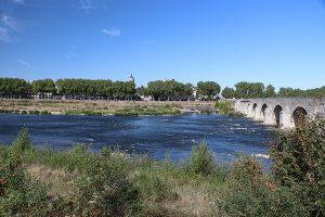 Beaugency-sur-Loire: Brücke über die Loire, Stadt auf der Nordseite...