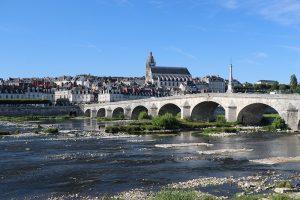 Blois ... Brücke über die Loire, Stadt auf der Nordseite...