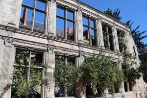 """die Fassadenruine des """"Hotel de Beaune Semblancay"""" erinnert an den Feuersturm im Juni 1940"""