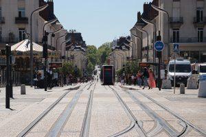 große breite Straßen - mit moderner Straßenbahn in Tours