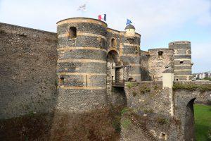 die Türme der Festung sind aus dunklem Schiefer und hellem Tuffstein