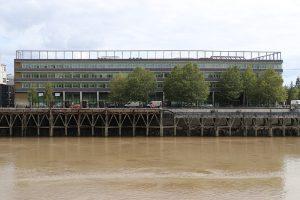 (Licht-)Bögen an diesem Haus an der Loire in Nantes sollen die Wetterprognose des Tages zeigen. Bei Sonnenschein sieht man davon nicht viel...