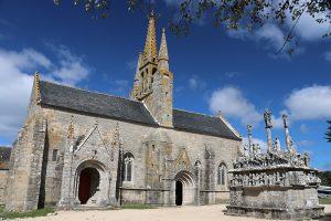 rechter Hand der Calvaire de Tronoan - Kirche Saint Jean-Trolimon im Hintergrund