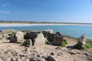 die Überreste eines Dolmen auf dem Pointe de la Torche