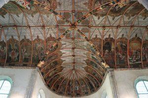 """Die reichhaltig bemalte Holzdecke der """"Chapelle Saint Michel"""""""