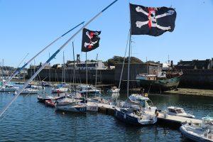 """Passt zusammen! Piratenflagge und die """"Ville close"""" von Concarneau"""